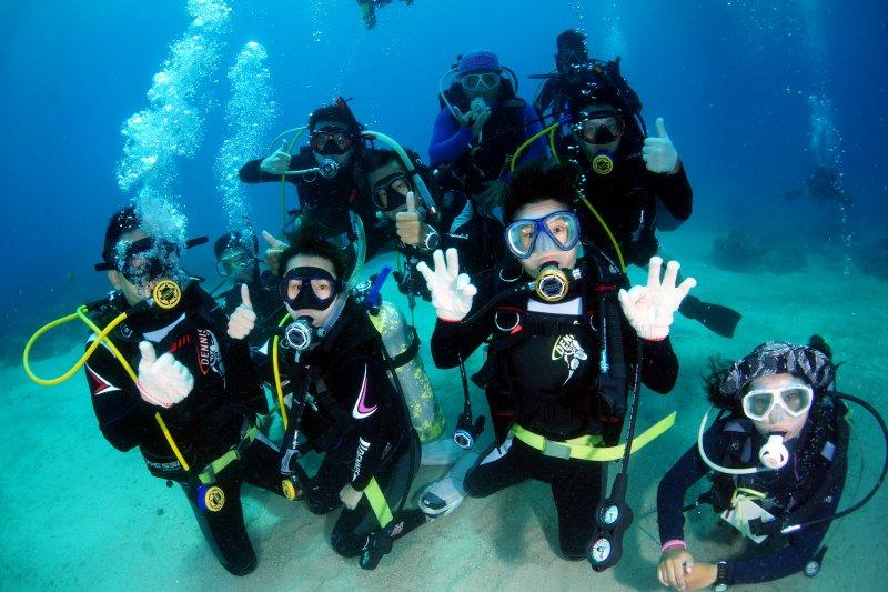 與非障礙者一樣身揹20公斤重潛水裝備,別於體驗式潛水,挑戰考取國際證照。(身心障礙聯盟提供)