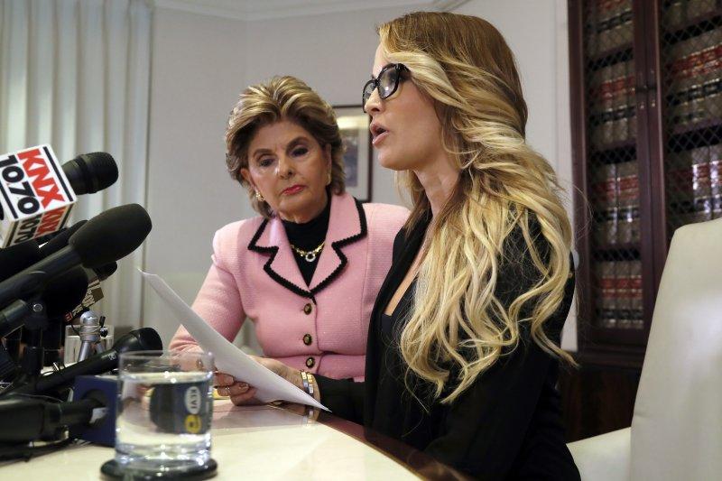 美國成人片女星德雷克(Jessica Drake,左)在女權律師歐瑞德(Gloria Allred)陪同下出面名控訴遭川普性擾騷(美聯社)