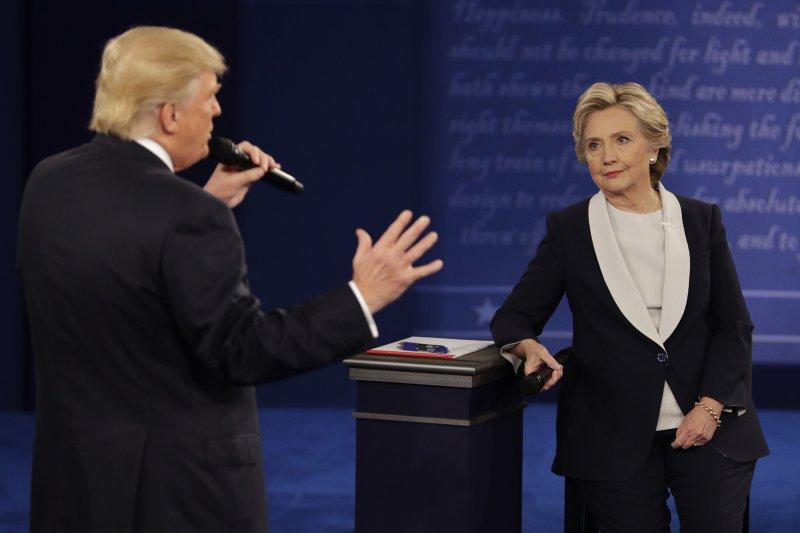 美國民主黨總統候選人希拉蕊與共和黨候選人川普的對決,在中國眼中卻是民主鬧劇?(AP)