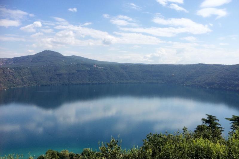 教宗夏宮畔的阿爾巴諾湖。(曾廣儀攝)
