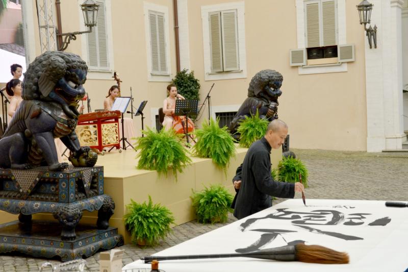 中國藝術家崔自默現場揮毫。(曾廣儀攝)
