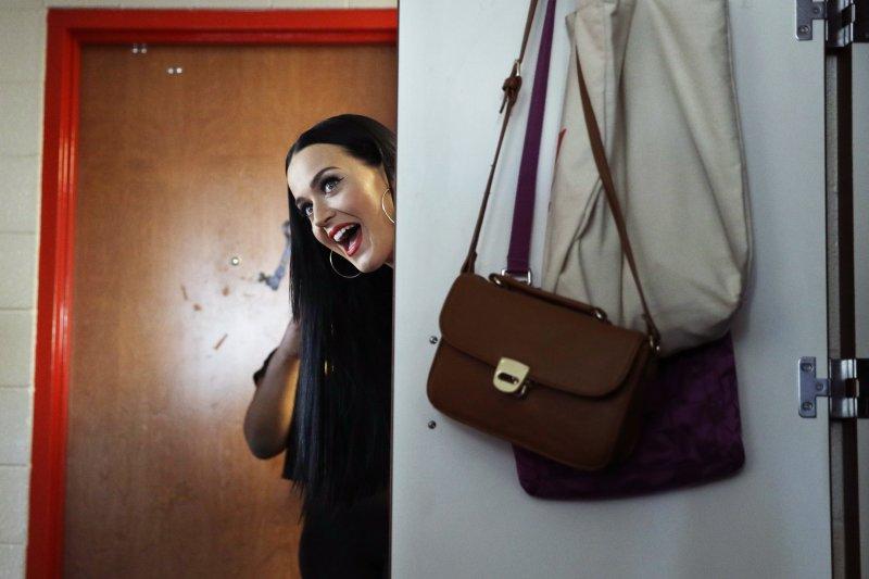 美國流行音樂天后凱蒂佩芮(Katy Perry)22日到內華達大學拉斯維加斯分校(UNLV)女生宿舍為民主黨總統候選人希拉蕊(Hillary Clinton)拉票(AP)