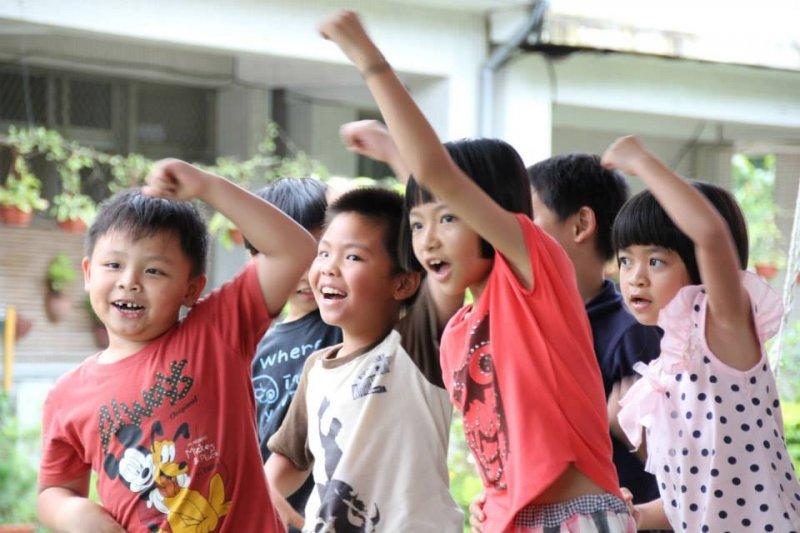 面臨廢校危機的偏鄉的小學,因教育者的堅持,讓這些孩子得以保留在家鄉唸書、又同時有快樂的童年。(圖/ 雲林縣立樟湖生態國民中小學@facebook)