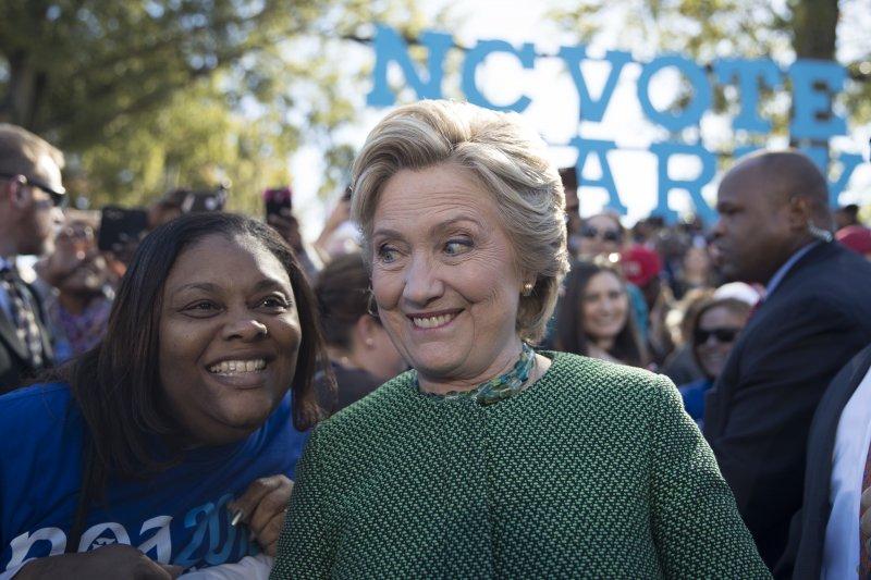 美國民主黨總統候選人希拉蕊在最新全國民調中平均領先6個百分點(AP)