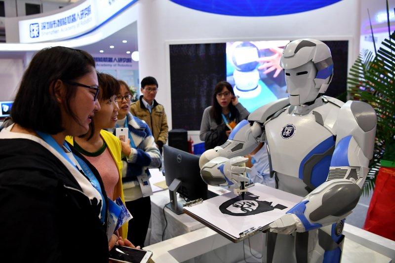 人工智慧正夯。圖為2016世界機器人大會。(新華社)