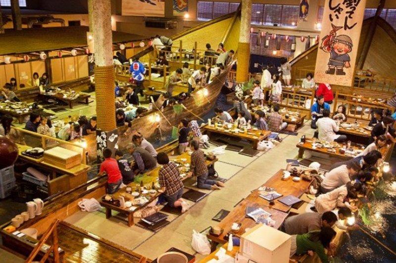 日本的釣船茶屋連鎖店「Zauo」像是台灣釣蝦場的進階版,店內擺放了一艘大船,而船邊有許多種魚,可以讓客人們自己釣來吃!(圖/ hitosara.com,FAST JAPAN提供)