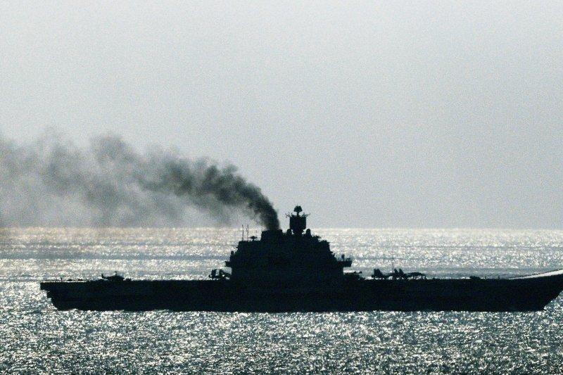俄國航空母艦庫茲涅佐夫號21日通過多佛海峽時,排出大量濃煙。多佛海峽為英吉利海峽最狹窄處。(美聯社)