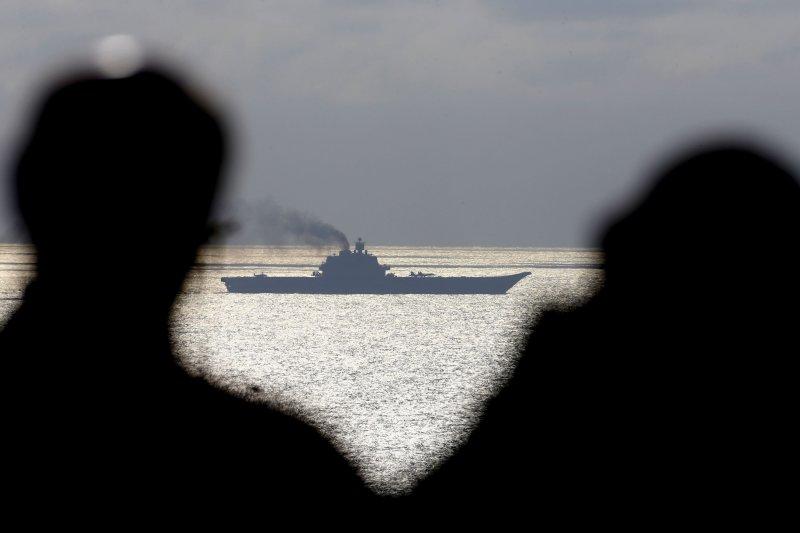 英軍正在密切關注通過近海的俄國航空母艦庫茲涅佐夫號。(美聯社)