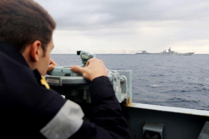 英國皇家海軍的里奇蒙(HMS Richmond)巡防艦上的水兵,正在監控通過其近海的俄國航艦庫茲涅佐夫號。(美聯社)
