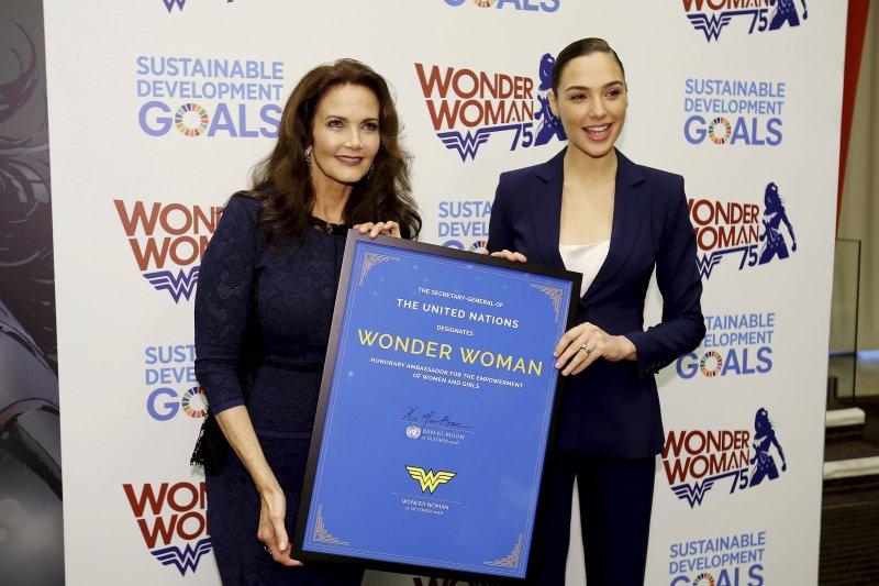 1970年代的《神力女超人》影集主角琳達卡特(左)與2017年新片《神力女超人》主角蓋兒加朵。(美聯社)