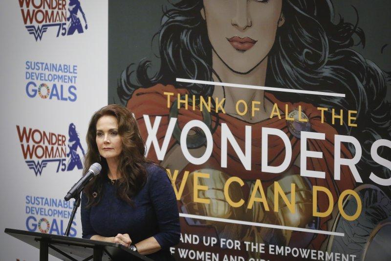 1970年代的《神力女超人》影集主角琳達卡特在聯合國會議上致詞。(美聯社)
