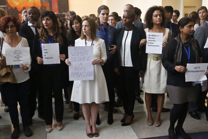 部分聯合國職員手持標語抗議。(美聯社)