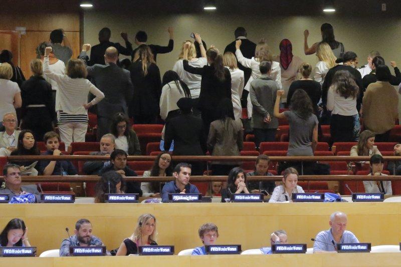 部分聯合國職員在現場高舉拳頭抗議。(美聯社)