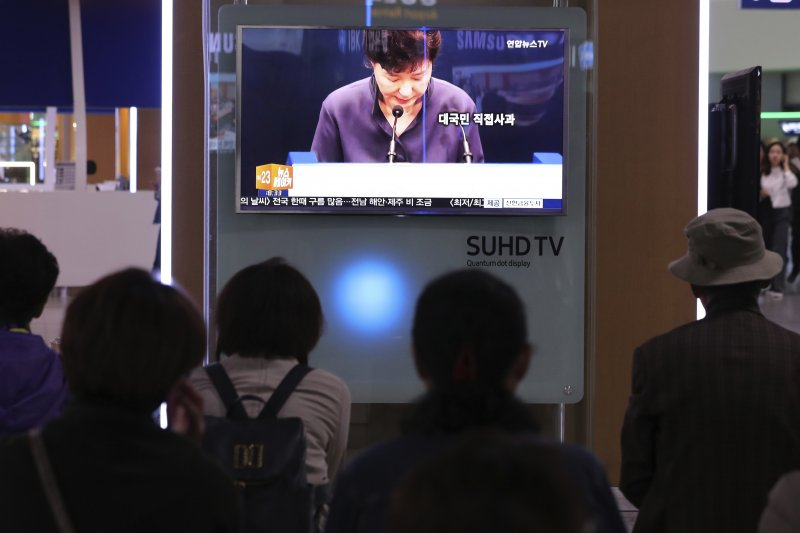 韓國總統朴槿惠25日就親信崔順實干政爭議向國民道歉。(美聯社)