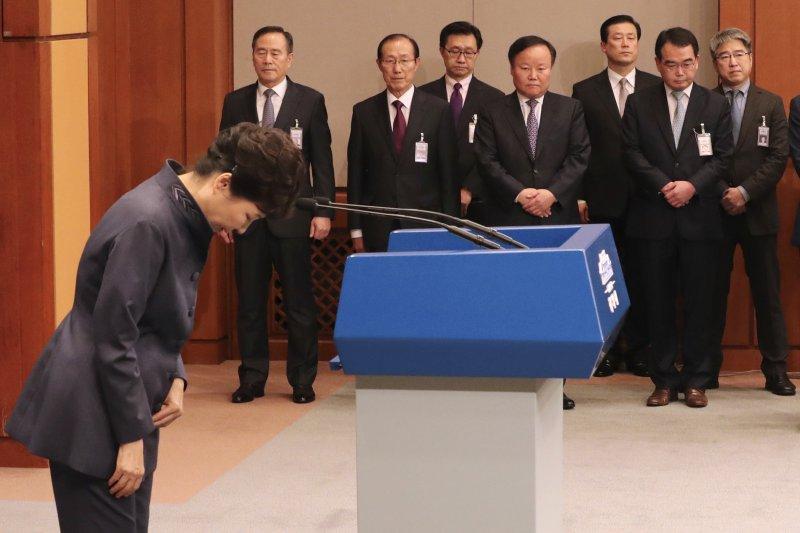 南韓總統朴槿惠25日為親信崔順實違法亂紀向全民道歉(AP)