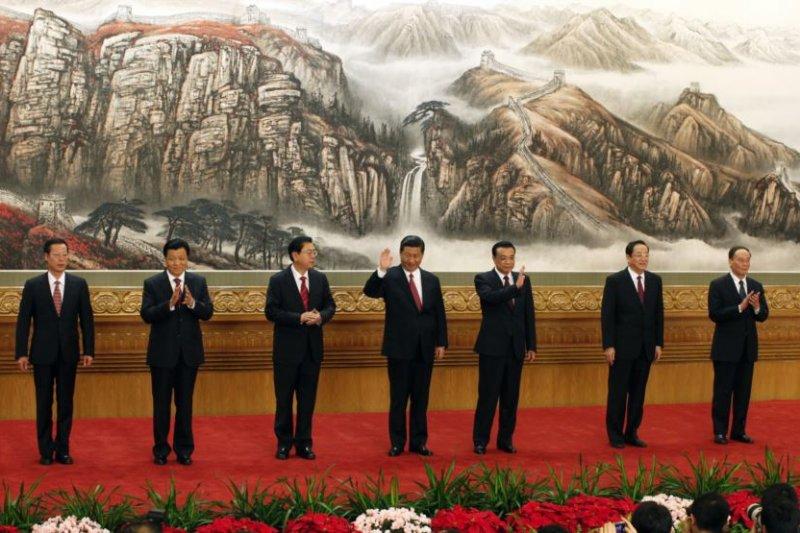 中共十八大政治局7位常委在北京人民大會堂會見新聞界(2012年11月15日)。(美國之音)