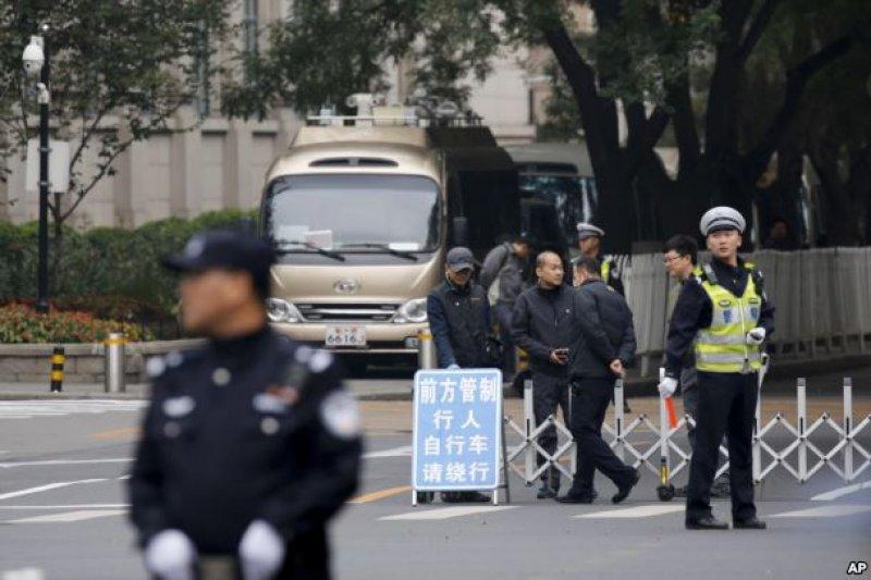在中共十八屆六中全會舉行地點北京京西賓館的入口處,警察和保安人員管制交通(2016年10月24日)。(美國之音)