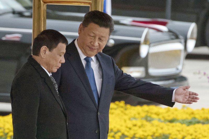 杜特蒂訪中時與中國國家主席習近平見面。(美聯社)