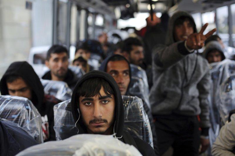 巴士上的難民準備被送往下一個未知的目的地。(美聯社)