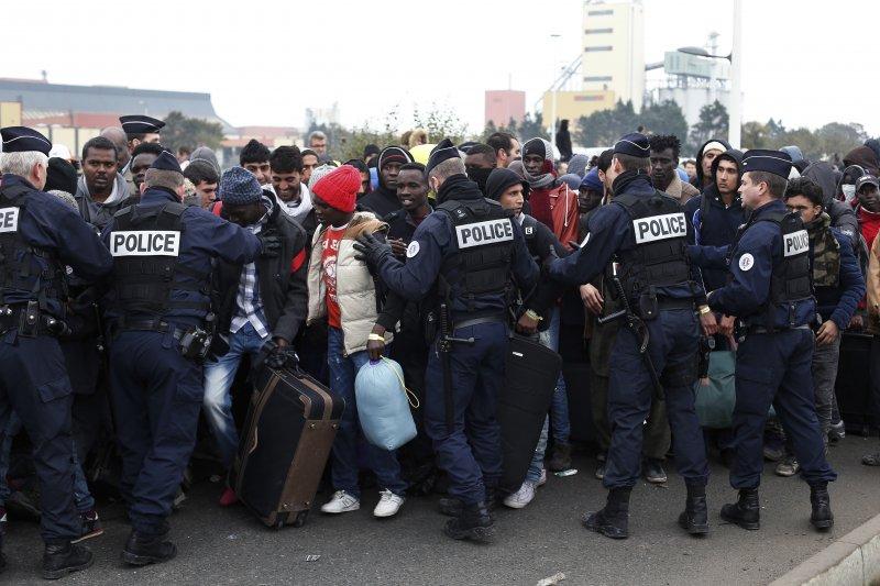 法國警方24日在加萊港維持秩序。(美聯社)