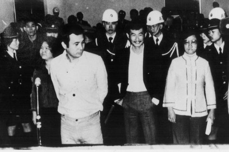 1979年的美麗島事件為黨外人士,包括施明德、林義雄、黃信介、許信良、呂秀蓮、陳菊、張俊宏、姚嘉文爭取民主和自由,卻涉嫌叛亂罪遭起訴,最後由李登輝總統就職後特赦。(取自維基百科)