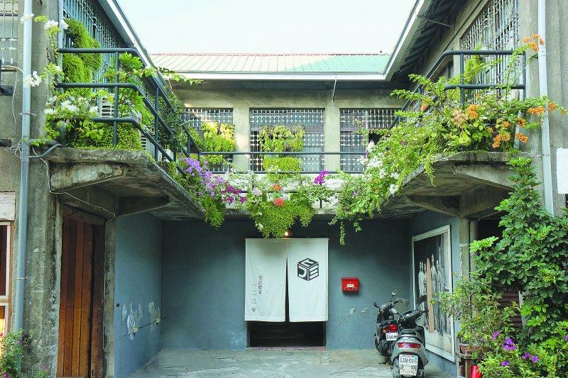 這棟位於新濱町(今鼓元街)的雙層老宅,興建於大正九年(1920年),曾是高雄高級日式料亭的「一二三亭」...(圖/作者提供)
