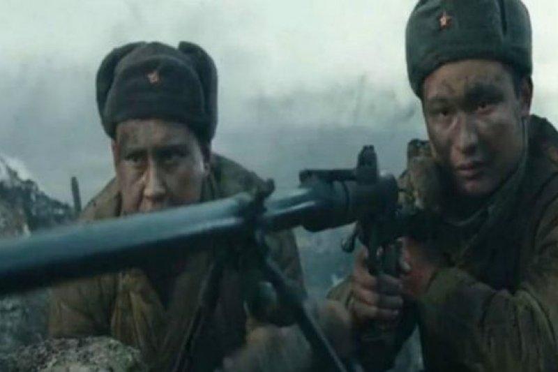 影片中,哈薩克人、俄羅斯人併肩保衛祖國。(圖取自BBC中文網)