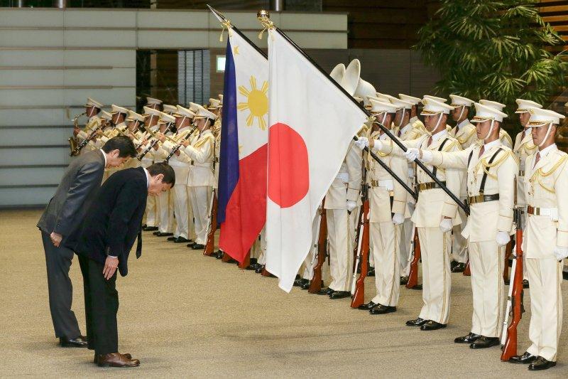 日本首相安倍晉三26日在首相官邸接待菲律賓總統杜特蒂。(美聯社)