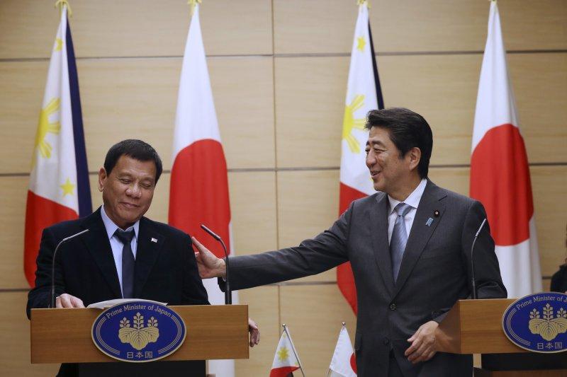 日本首相安倍晉三26日在首相官邸與菲律賓總統杜特蒂共同舉行記者會。(美聯社)