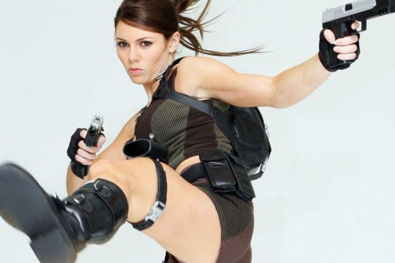 電腦遊戲「古墓奇兵」)的女主角蘿拉(Lara Croft)(BBC中文網)
