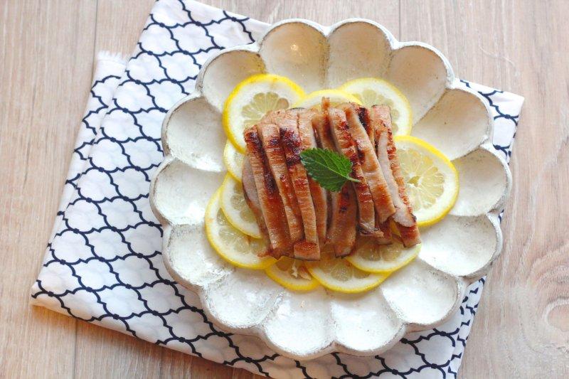超級簡單的鹽麴醃肉配方,準備起來不用3分鐘,用這個方式醃松坂豬不過短短1小時,吃起來就非常軟嫩,不像一般松坂豬都帶點脆脆的嚼勁。(圖/作者提供)