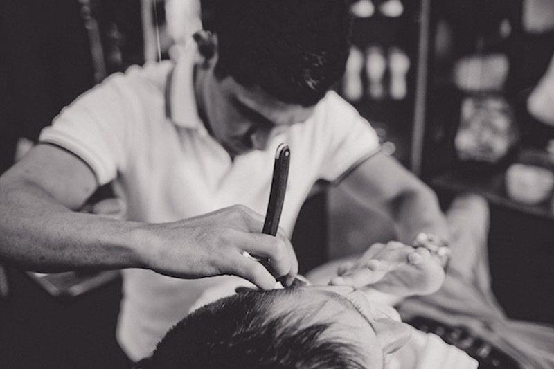 中古世紀的歐洲理髮師兼外科醫生是最常見的一種醫療從業人員!(示意圖取自barberhood官網)