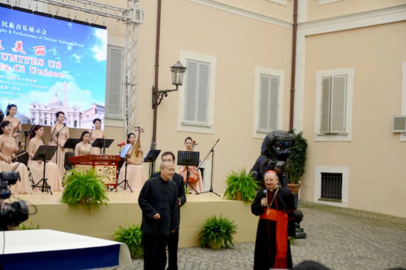 崔自默與義大利籍樞機主教貝德羅(Giuseppe Bertello,右)