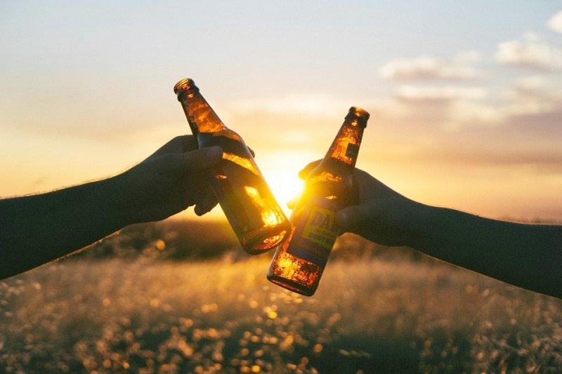 若男性喝一杯啤酒就臉紅,甚至醉倒,很可能有基因缺陷,最好少碰酒...(圖/Unsplash@pixabay)