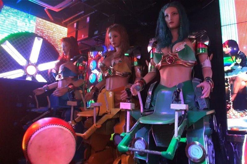 美女如雲的日本機械人餐廳。(youtube截圖)
