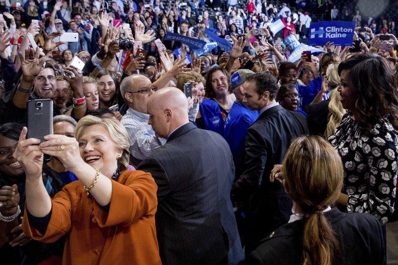 希拉蕊親切與選民自拍(AP)