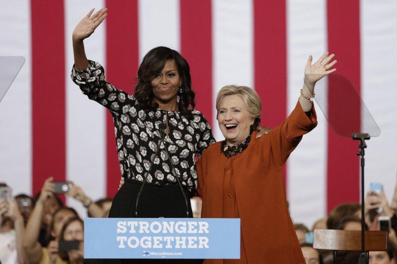 美國第一夫人蜜雪兒為希拉蕊站台,兩人大展深厚情誼(AP)