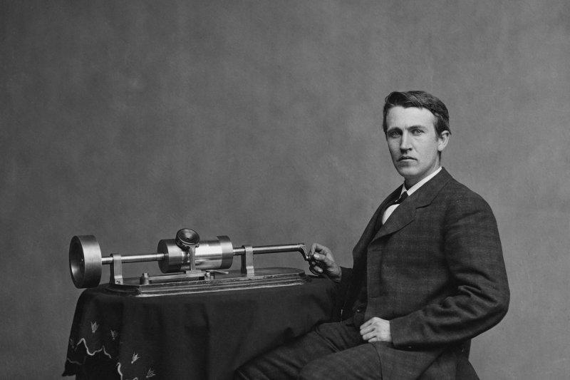 愛迪生與他早期發明的留聲機。(圖/維基百科公有領域)