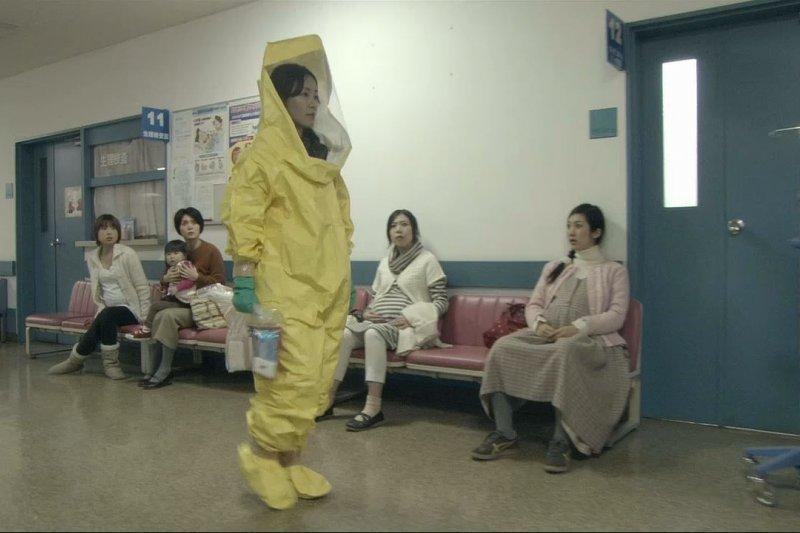經歷核災,孕婦去哪都害怕得穿上防護衣。(圖/愛奇藝提供)