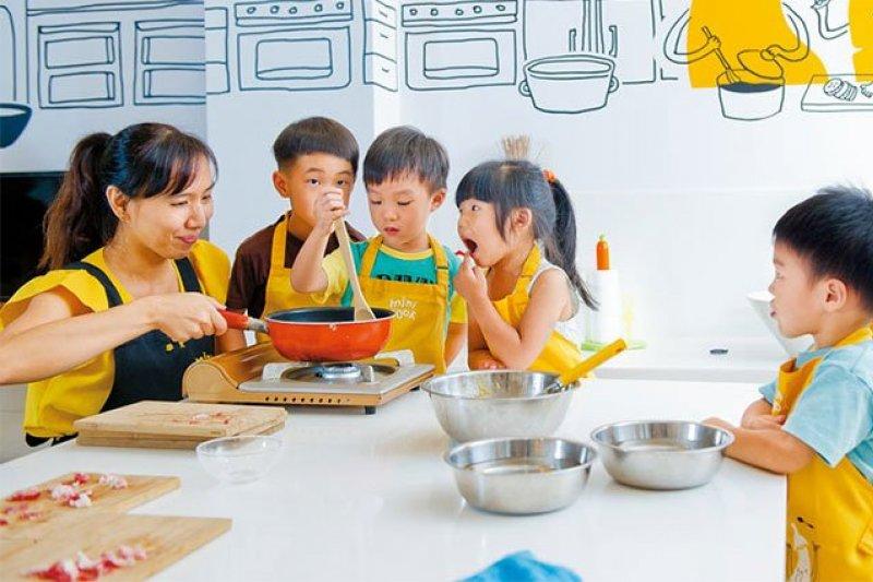 讓小孩進廚房,在安全的情況下,也能幫助他們學習!(圖/黃建賓攝,親子天下提供)