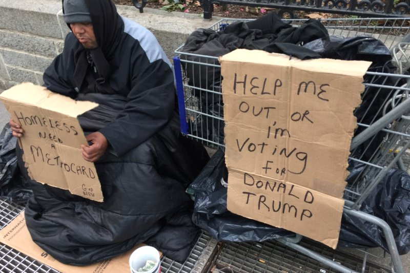 紐約布萊恩公園的街友舉牌「威脅」:幫助我,不然我就投川普!(簡恒宇攝)