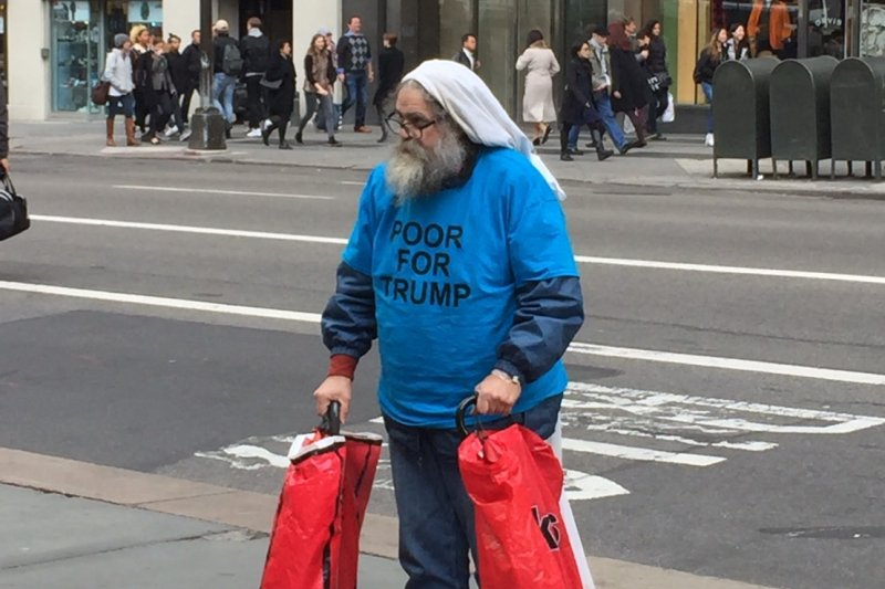 穿著「窮人挺川普」T-shirt的鬍子大叔。(簡恒宇攝)
