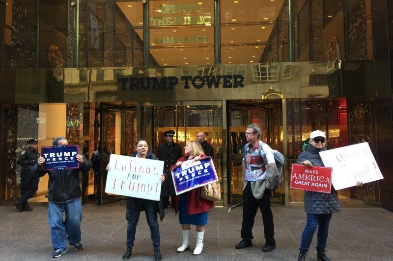 川普支持者在川普大樓外舉著「拉丁裔挺川普」的牌子,並且高喊「我是拉丁裔,我支持川普」。(簡恒宇攝)