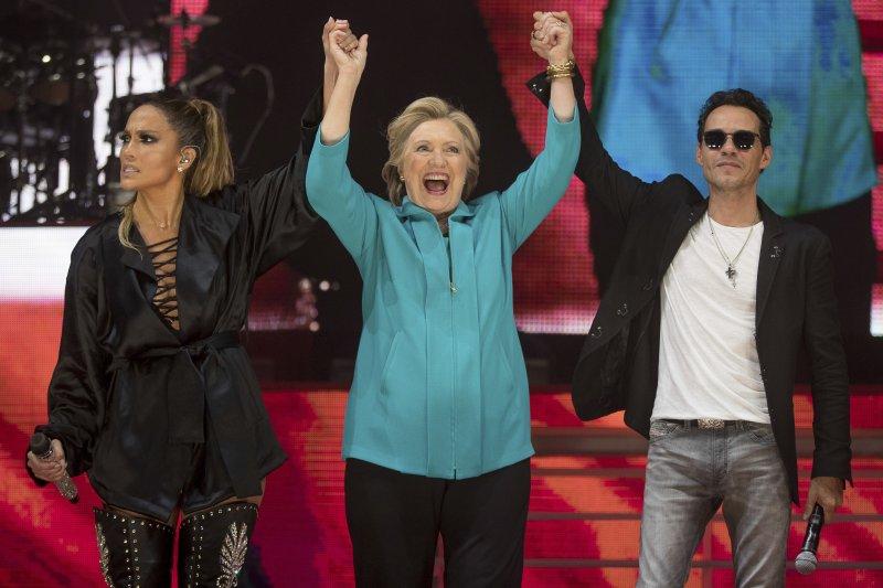 女歌手珍妮佛羅培茲(左)和創作歌手馬克·安東尼(右)為希拉蕊站台。(美聯社)