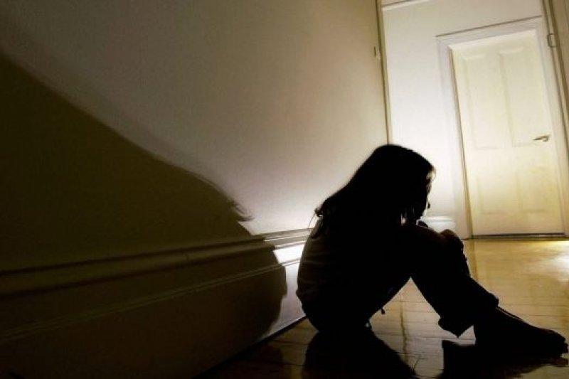 澳洲爆出人倫慘案,一名女孩遭父母性侵虐待長達15年。(示意照,取自推特)