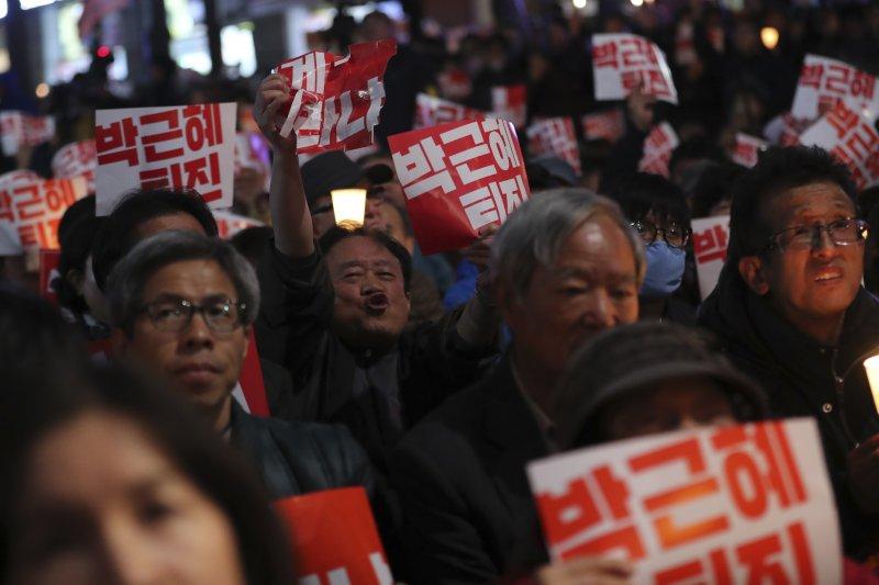 南韓總統朴槿惠深陷「親信門」風暴,憤怒的民眾29日晚間在各地集會,要求朴槿惠下台(AP)