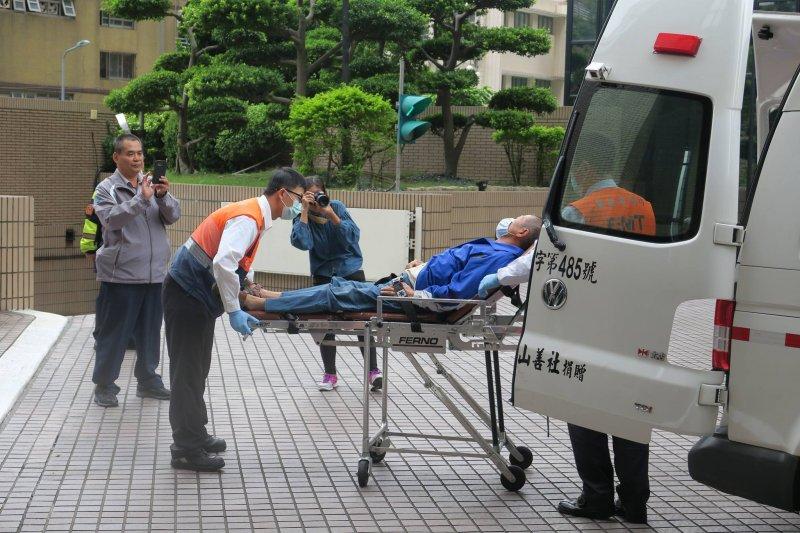 吳富雄在蔡英文敦化南路住家前絕食65小時,30日上午8時倒下送醫。(取自高雄市果菜市場住戶自救會臉書)