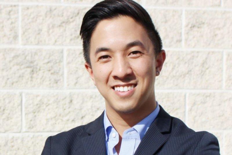 希拉蕊競選團隊的亞太裔推廣總監傑森·鄧科(Jason Tengco)。(圖取自美國之音)