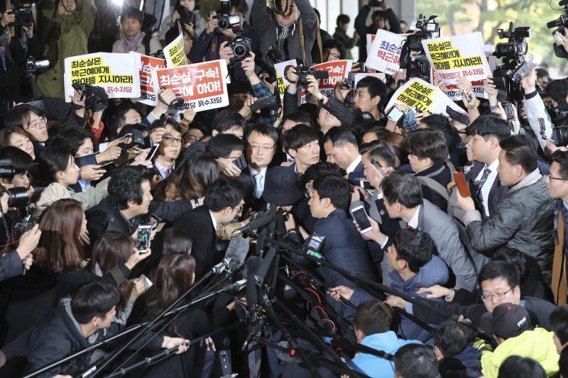 朴槿惠密友崔順實31日在首爾中央地方檢察廳初次接受偵訊,遭到大批南韓媒體包圍。(美聯社)