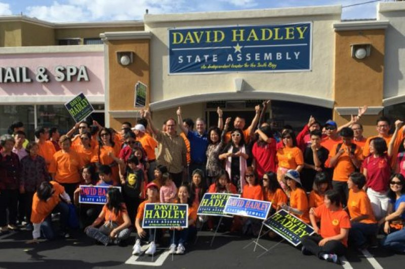 「橘子俱樂部」成員為共和黨議員哈德利(David Hadley)掃街拜票。(BBC中文網)